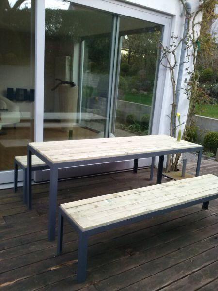 Tisch für draußen. Stahgestell, Platte aus Holz, zerlegbar