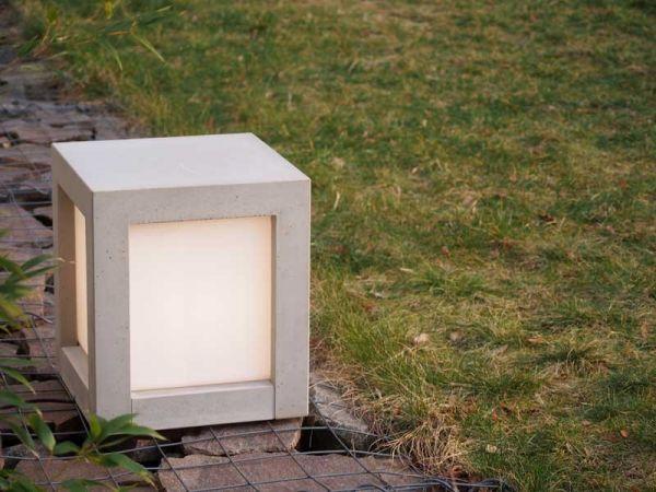 Hocker aus Beton und Lampe zugleich. Für drinnen und draußen