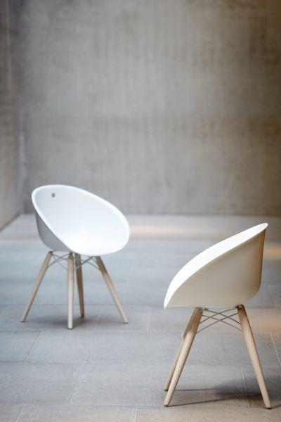 Stuhl mit Holzbeinen und Kunststoff-Sitzschale, weiß. Pedrali