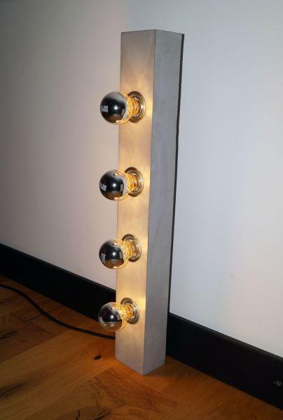 Wandlampe aus Beton, hellgrau
