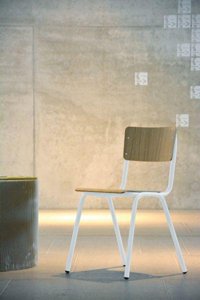 Stuhl aus Holz, Gestell Stahlrohr, weiß