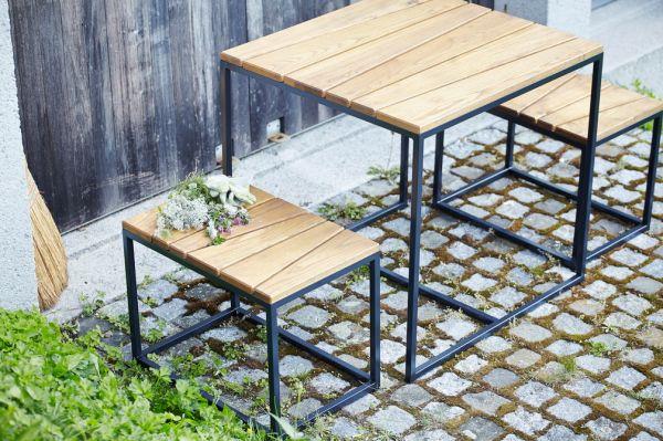 """Gartenmöbel """"Alois mini"""". Tischgruppe aus Stahlgestell und Robinia"""